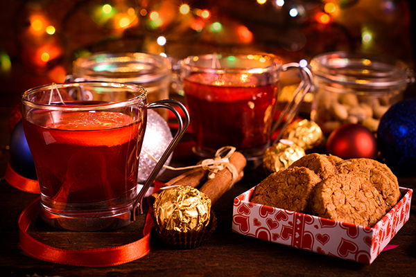 Чай и бисквитки в хотела по Коледа